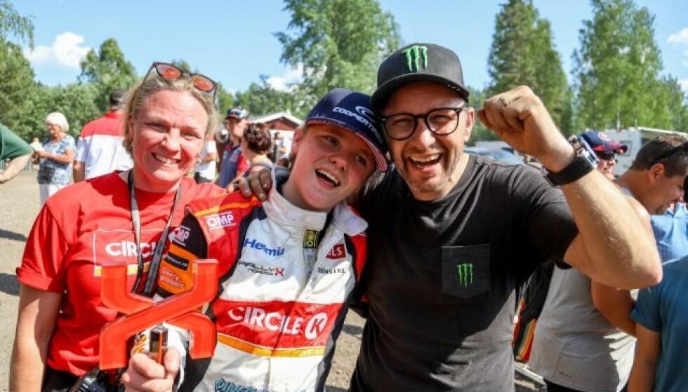 EN LITEN FAMILIE: Pernilla og Petter har vært et par i hele 22 år. Nå er det sønnen Oliver (18) som har tatt over førersetet - han skal bli rallystjerne. FOTO: Privat