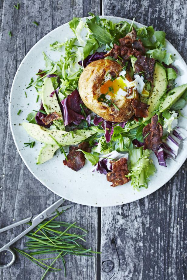 Bakte poteter kan fylles med så mangt, og denne versjonen er vel verdt å prøve. Tips! Egg og bacon kan også serveres på denne måten, i en raus bakt potet. FOTO: Winnie Methmann