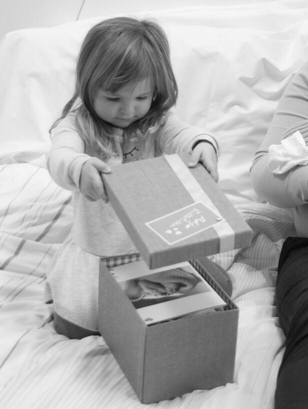 «ADJØ BITTELITEN»: Storesøster på sykehuset, med esken som skulle bety så mye for Kine og Steffen etter at barnet i magen gikk bort. FOTO: Trine-Lise Henriksen