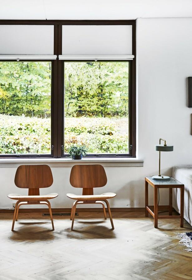 To like stoler plassert ved siden av hverandre gir ro til rommet. Her har Caroline og Jonathan to Eames- stoler i formpresset tre. Bordlampen er fra Made by Hand.