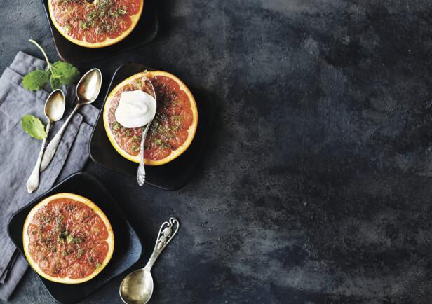 Å steke grapefrukt i ovnen på denne måten er en spennende variant det er verdt å prøve. FOTO: Betina Hastoft og Columbus Leth