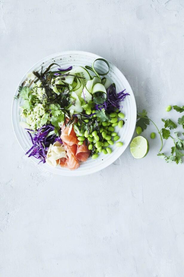 Har du lyst på sushi, kan du like gjerne legge alle ingrediensene i en bolle. Tips! Har du rester av kylling eller reker, kan du bruke det i stedet for laks. FOTO: Winnie Methmann