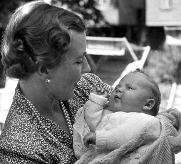 BABYLYKKE: Dronning Ingrid med sin førstefødte datter, prinsesse Margrethe, sommeren 1940. FOTO: NTB scanpix
