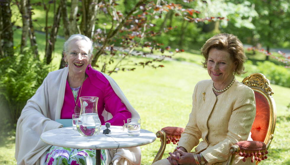 """KUNSTNERE: Dronning Margrethe og dronning Sonja fotografert på åpningen av deres felles kunstutstilling """"Fra fjell og kyst"""" i Hardanger i 2015. FOTO: Marit Hommedal / NTB scanpix"""