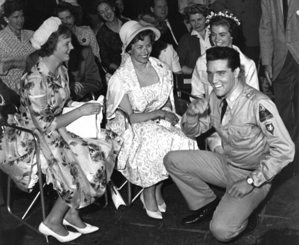 DA PRINSESSENE MØTTE ELVIS: Sommeren 1960 dro de skandinaviske prinsessene Margrethe, Astrid og Margareta til Hollywood, hvor de blant andre møtte rockestjernen Elvis Presley. Det ble nok et uforglemmelig møte for de alle fire! FOTO: NTB scanpix