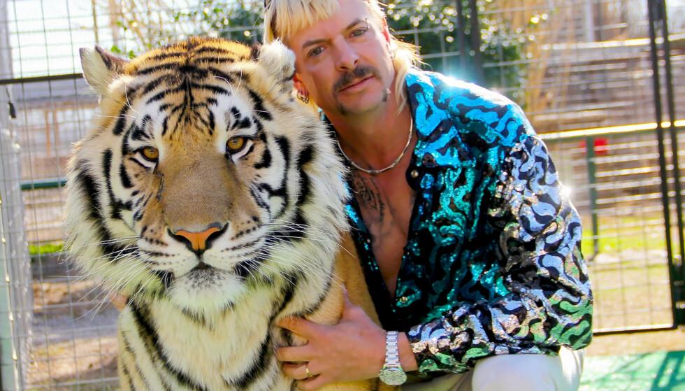 EKSOTISK PAR: Joe Exotic med en av sine over 200 tigre. i dag sitter Joe selv bak gitteret. FOTO: Netflix