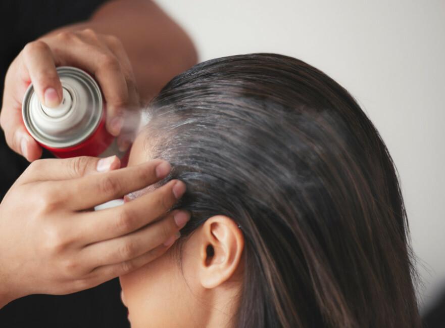 SMÅ TRIKS: Det er ikke mye som skal til for å freshe opp håret litt! FOTO: NTB Scanpix