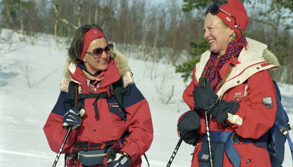 TURGLADE DRONNINGER: Dronning Margrethe og daværende kronprinsesse Sonja fotografert etter en skitur i Nord-Norge i mars 1993. Foto: Erik Veigård/ NTB scanpix