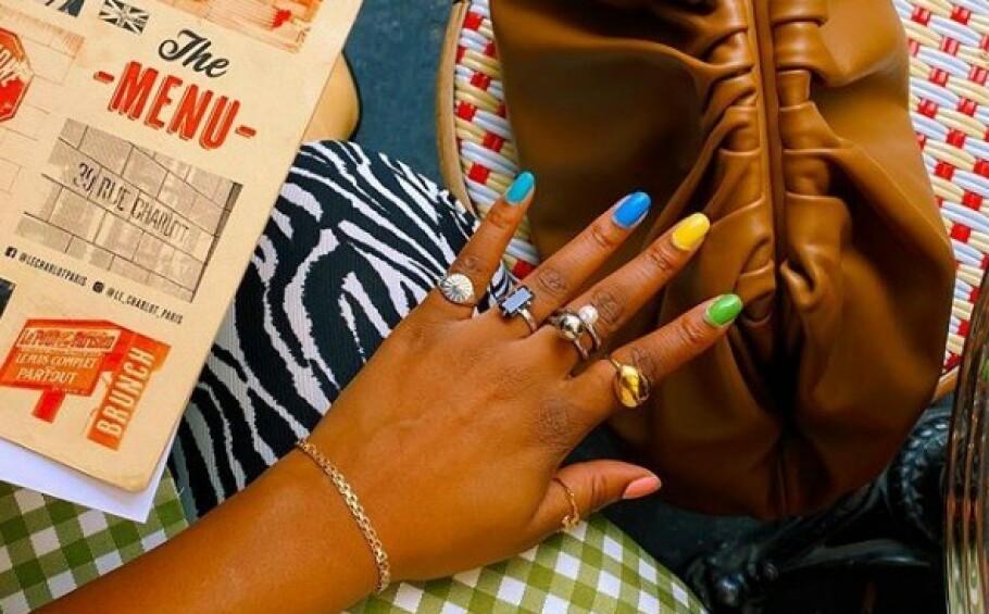 NEGLELAKKTREND: Akkurat nå kryr det av bilder av kule damer som har malt neglene sine i alle mulige farger! Foto: Instagram/@nnennaechem