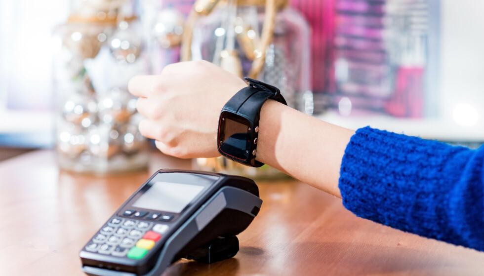BRUKES TIL MYE: Vi bruker smartklokka til alt fra trening til betaling i butikken, og da er det kanskje ikke så rart at det samles mye bakterier bak stroppen? FOTO: NTB Scanpix