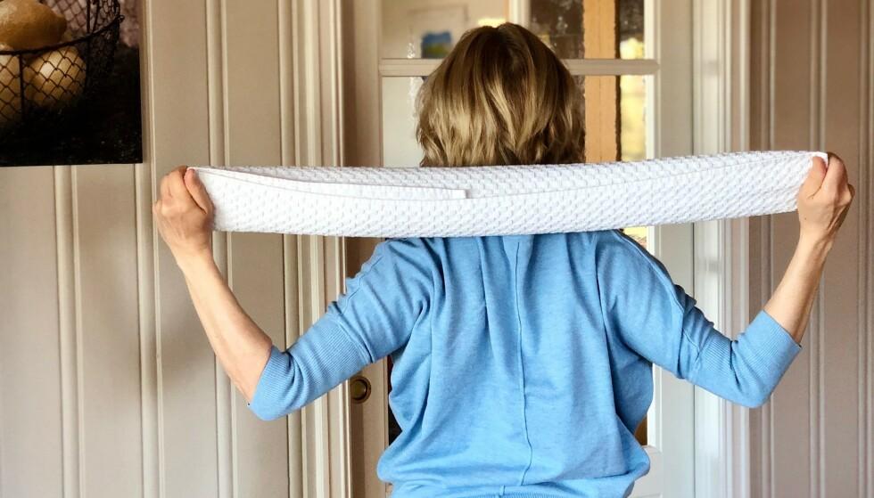 HJEMMETØYING: Når man skal trene og tøye hjemme bruker man det man har - som et teppe. FOTO: Anette Haugerud