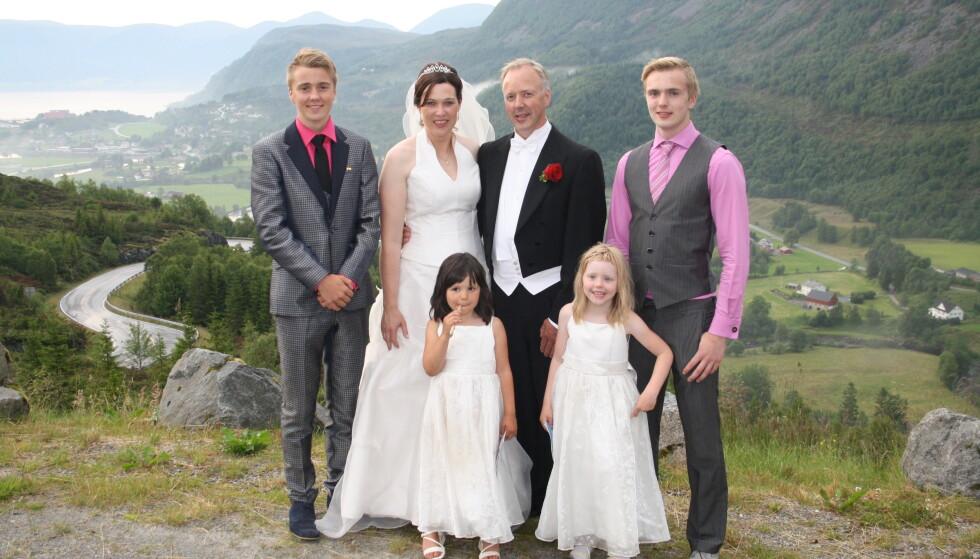DEN STORE DAGEN: Brudeparet i midten, t.v. Tor-Erik, t.h. Ole-Martin. Framme t.v. Ruth Victoria og Lilja Dis. FOTO: Privat