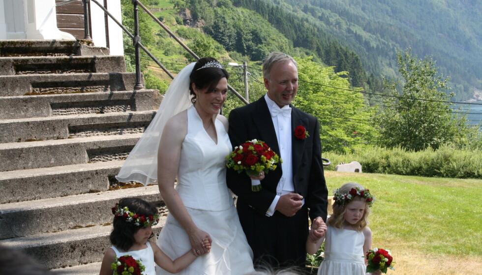 STOD BRUD: Bryllupet ble enda finere enn hun hadde turt å håpe på. Brudeparet og Ruth Victoria t.v. og Lilja Dis t.h. FOTO: Privat