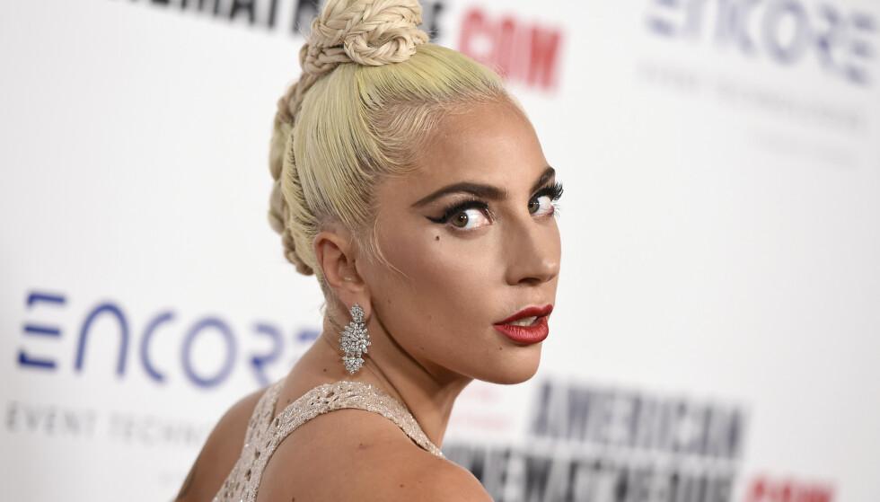 TEIPET OG FIN? Lady Gaga ankommer American Cinematheque Award under en seremoni for å hedre Bradley Cooper i 2018. Mon tro om hun også her har tatt i bruk hjelpemiddelet hun har innrømmet å sverge til. FOTO: NTBScanpix