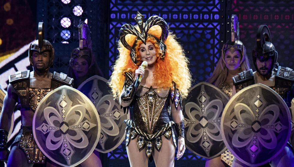I FARTA: Cher under «Here We Go Again Tour» i 2019. Artisten skal være en av dem som tyr til tape i ansiktet. FOTO: NTB Scanpix