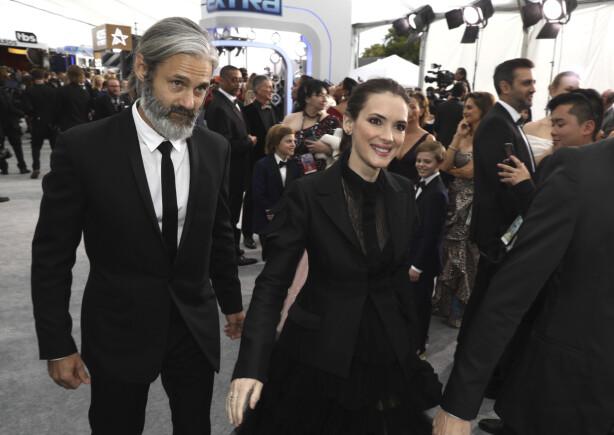 HÅRFINT PAR: Winona Ryder og kjæresten Scott Mackinlay Hahn ankommer Screen Actors Guild Awards i Los Angeles i 2020. FOTO: NTB Scanpix