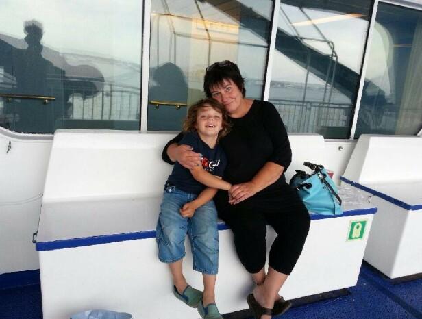 LUGARMØTE: Marit kalles Ma av barnebarna - og har tatt dem med på tur på danskebåten. Her med barnebarnet Jonathan. FOTO: Privat