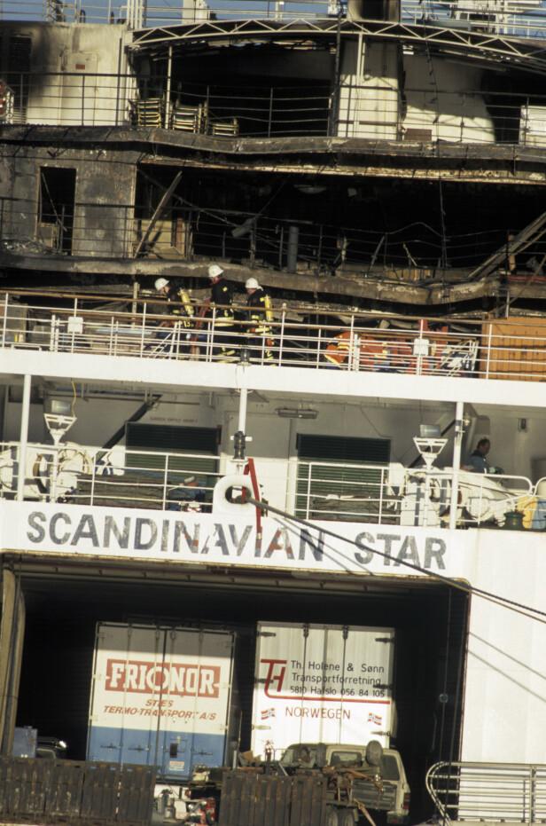 SISTEMANN OM BORD: Nils Midthuns lastebil (t.h.) var den siste som ble kjørt om bord på Scandinavian Star før det la ut fra Oslo. Her er lastebilen fotografert ved kaia i Lysekil i Sverige etter mordbrannen. FOTO: NTB scanpix