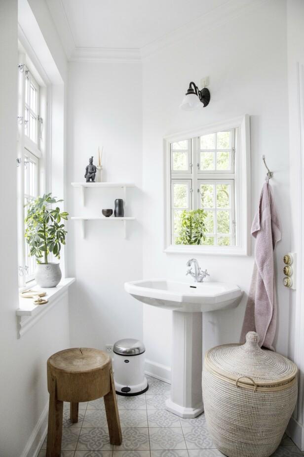 Badet har fått personlighet med mønstrete fliser fra Marokko, en rustikk taburett, en stor flettekurv og et håndkle i Louises favorittfarge. FOTO: Stine Christiansen