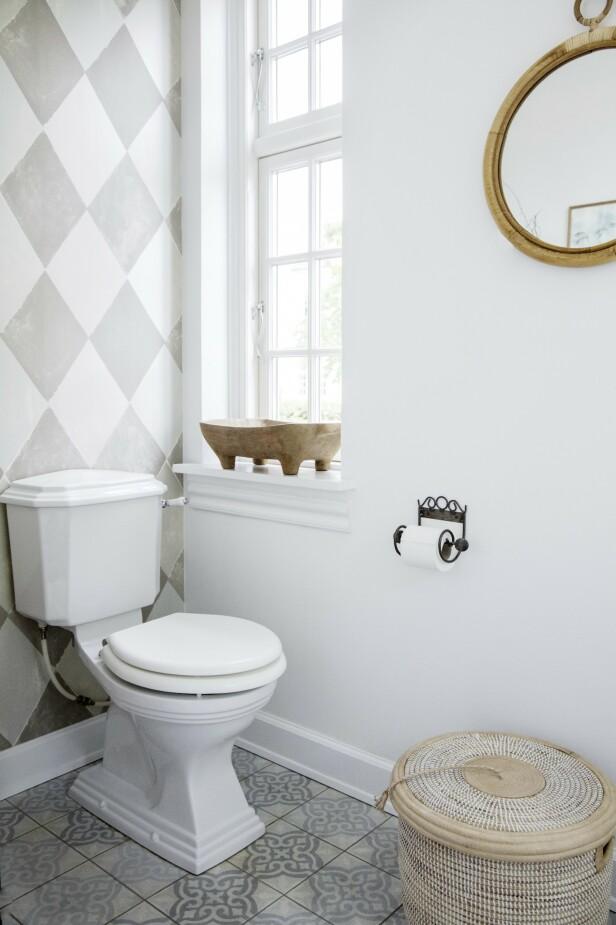 Louises romantiske stil er å se i alle detaljer – også i dorullholderen på badet. FOTO: Stine Christiansen