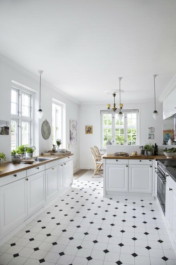 Jesper og Louise pusset opp kjøkkenet da de overtok huset, og de valgte et kjøkken i en nostalgisk stil for at det skulle passe sammen med resten av det vel 90 år gamle huset. Selve kjøkkenet er fra Sønderborg Køkken. Pendellampene har paret funnet i Paris. FOTO: Stine Christiansen