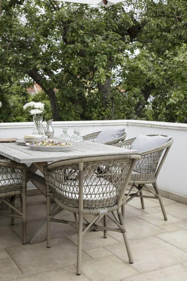 Louise elsker å innrede – også ute! Her på terrassen spiser familien mange måltider i sommerhalvåret. FOTO: Stine Christiansen