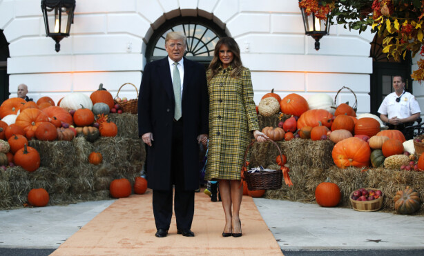 FRAKK 1: Tidligere ansatte hevder at Melanias far stadig arvet Trumps avlagte klær. Er denne frakken muligens et eksempel på det? Fra Halloweenfeiringen i det hvite hus, 28, oktober i 2018. FOTO: NTB Scanpix