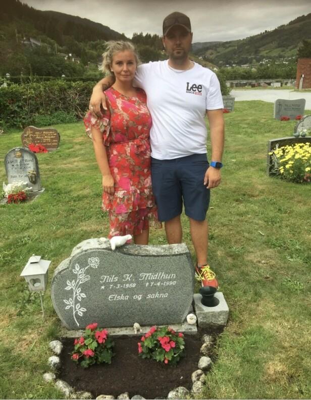 PÅ GRAVEN: Søsknene Anita og Tony på farens grav i Sogndal sommeren 2018. FOTO: Privat