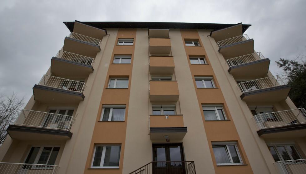 FRA BLOKK TIL SLOTT: I denne blokka i Sevnica i Slovenia, vokste Melania Trump opp, med utsikt over en elv og fabrikkspiper. FOTO: NTB Scanpix (AP Photo/Darko Bandic)