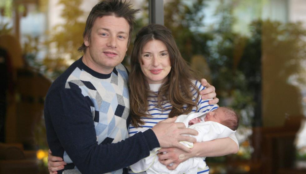 UNGE FORELDRE: Jamie og Jools Oliver Jools med sin nyfødte datter Petal Blossom Rainbow i 2009. FOTO: NTB Scanpix