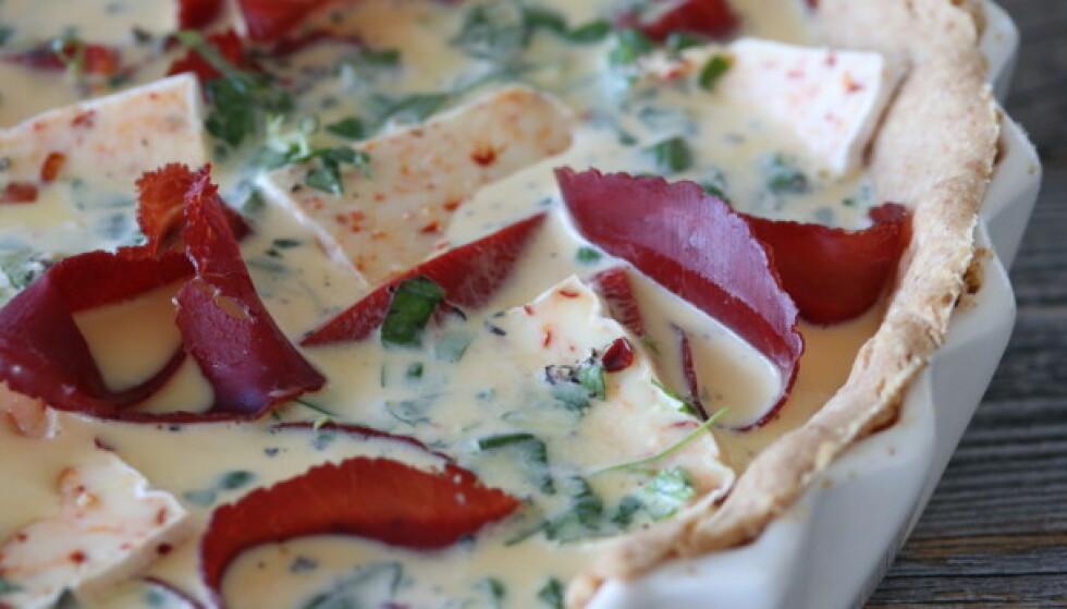 SNADDER: Italiensk bresaola, gode grønnsaker og chiliost gjør denne paien til en sikker hit. Foto: Trine Sandberg