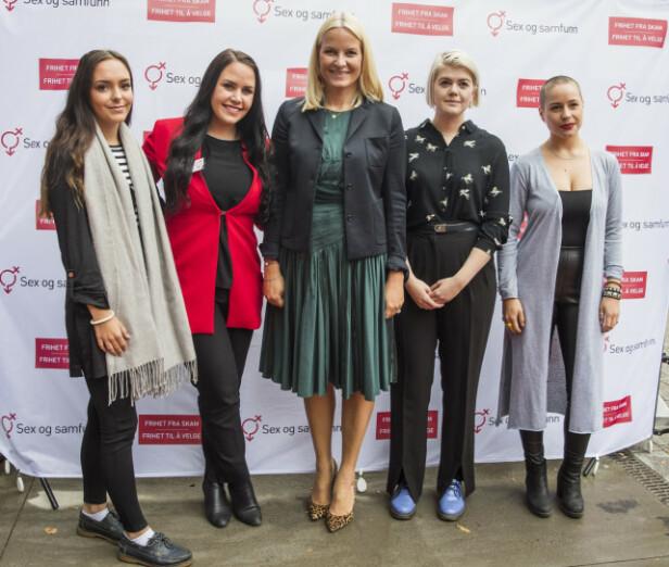 <strong>FIKK UTMERKELSE:</strong> Kronprinsesse Mette-Marit med de nominerte til Skamløsprisen i 2017 - det var June Holm (nr. 2 f.v.) og medgrunnlegger Andrea Voll Voldum (t.v.) som vant utmerkelsen. Fra høyre: Sofie Frost og Ellen Støkken Dahl. FOTO: NTB scanpix