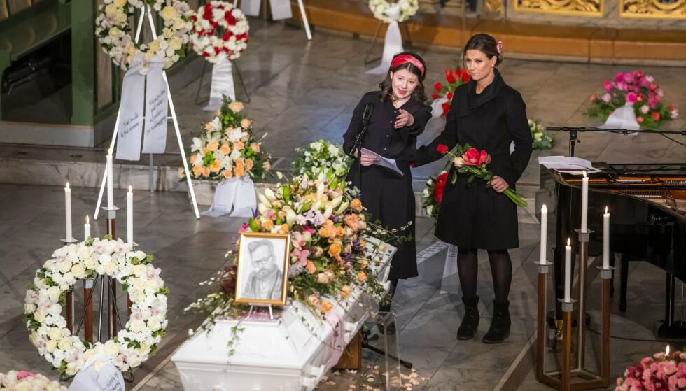 TEGNET FAR: Maud Angelica Behn holdt minneord for sin far Ari Behn under bisettelsen i Oslo domkirke i januar 2020. På kisten sto en tegning Maud hadde tegnet av sin far. FOTO: NTB scanpix