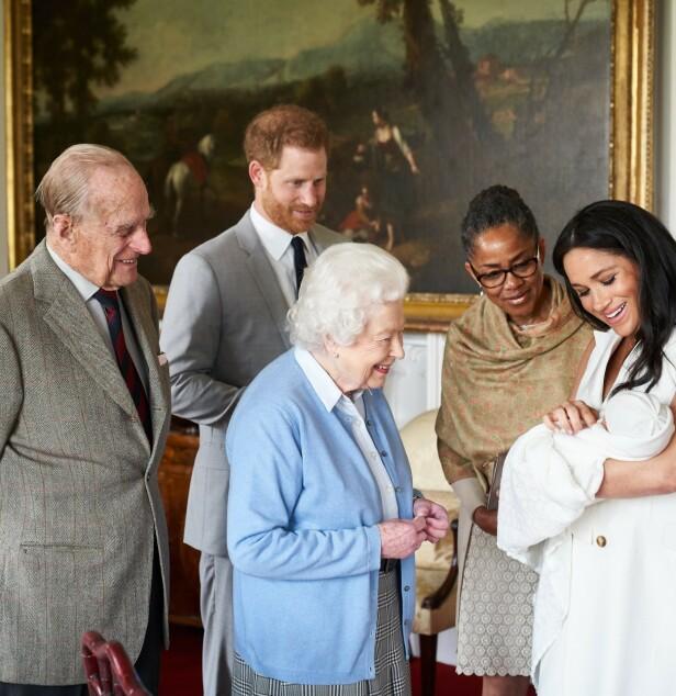 OLDEBARN: Dronning Elizabeth og prins Philip hilser på sitt åttende oldebarn på Windsor Castle. Ved Meghans side er også mormor Doria. FOTO: NTB scanpix