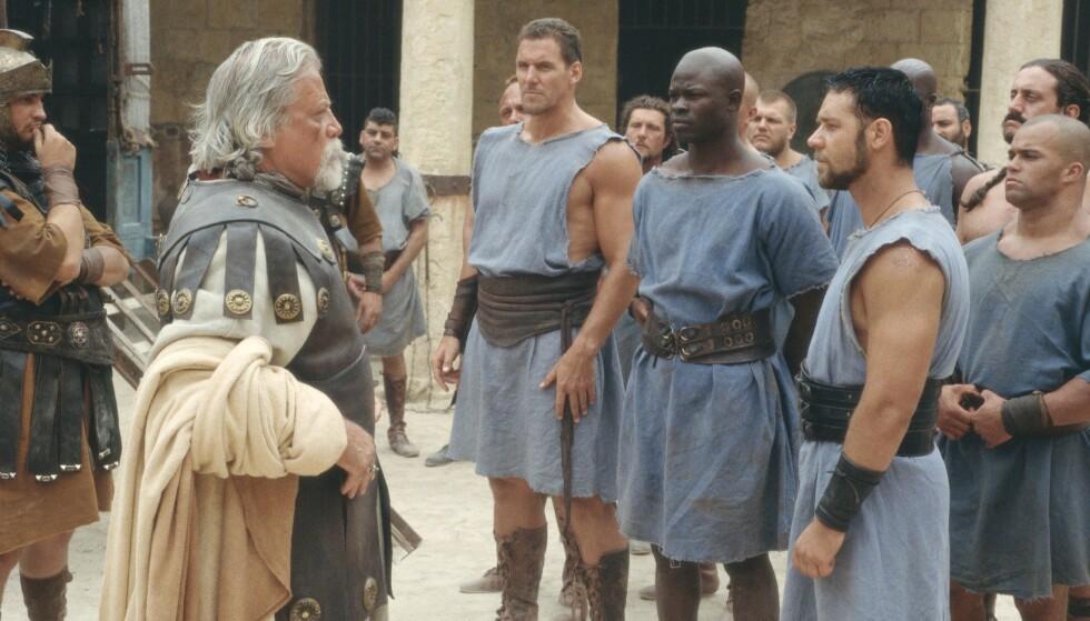 <strong>STILLE FØR STORMEN:</strong> Oliver Reed i rollen som slaveeier gir sine gladiatorer en pep-talk før de skal i ilden. Fra venstre Oliver Reed, Ralf Moeller, Djimon Hounsou og Russell Crowe. FOTO: NTB Scanpix