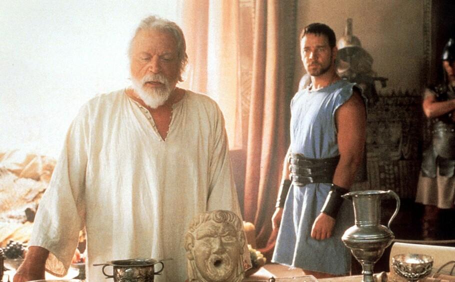 <strong>GLADIATOR:</strong> Oliver Reed og Russel Crowe under innspillingen av megasuksessen «Gladiator». Men midt i innspillingen ble filmsettet rammet av et uventet dødsfall. FOTO: NTB Scanpix