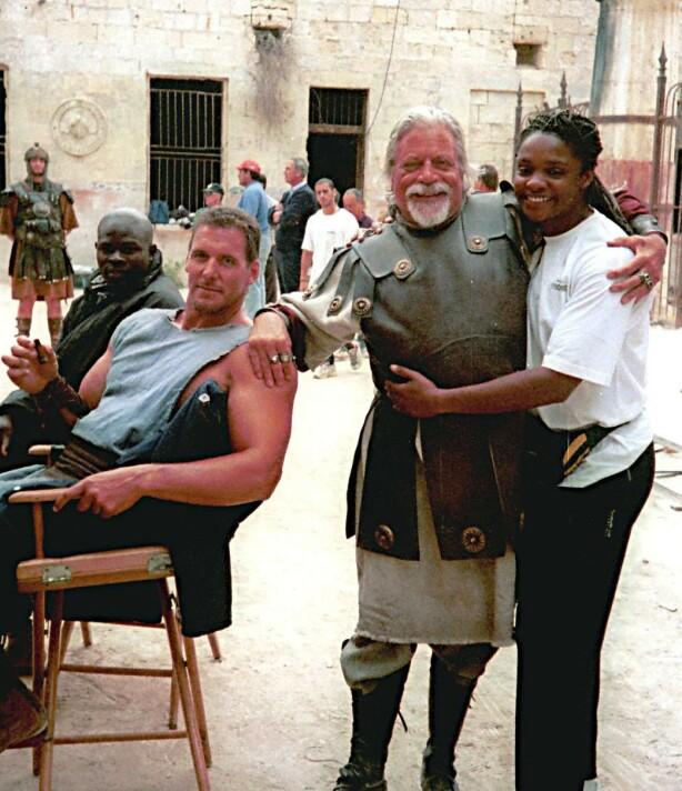 <strong>LYSTIG GJENG:</strong> Oliver Reed sammen med deler av staben, blant annet Pauline Richards, under innspillingen av «Gladiator» på Malta. FOTO: NTB Scanpix
