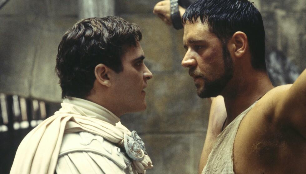 <strong>HATEFULL KEISER:</strong> Russel Crowe kjemper for rettferdighet, selv om han må tale Roma midt imot, bokstavelig talt, i form av den herskesyke keiser Commodus, spilt av Joaquin Phoenix. I virkeligheten skal Phoenix og Crowe ha utviklet et broderlig forhold under innspillingen. FOTO: NTB Scanpix