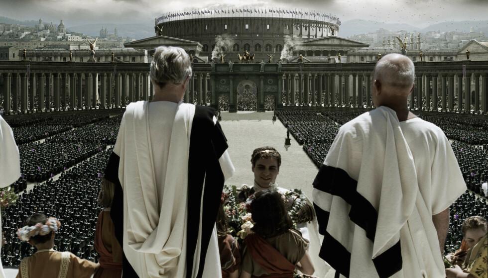 <strong>GJENSKAPT:</strong> I «Gladiator»ble oldtidens Roma og Colosseum gjenskapt ved hjelp av datateknologi. Her fra kroningen av keiser Commodus, spilt av Joaquin Phoenix. FOTO: NTB Scanpix