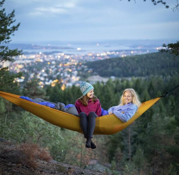 TURSØSTRENE: Hege (36) og Stine Schultz Heireng (39) har gått fottur over hele verden, men liker seg aller best i Norge. Og de har lært seg å ta med godt med klær! FOTO : Emil Wiik Larsen