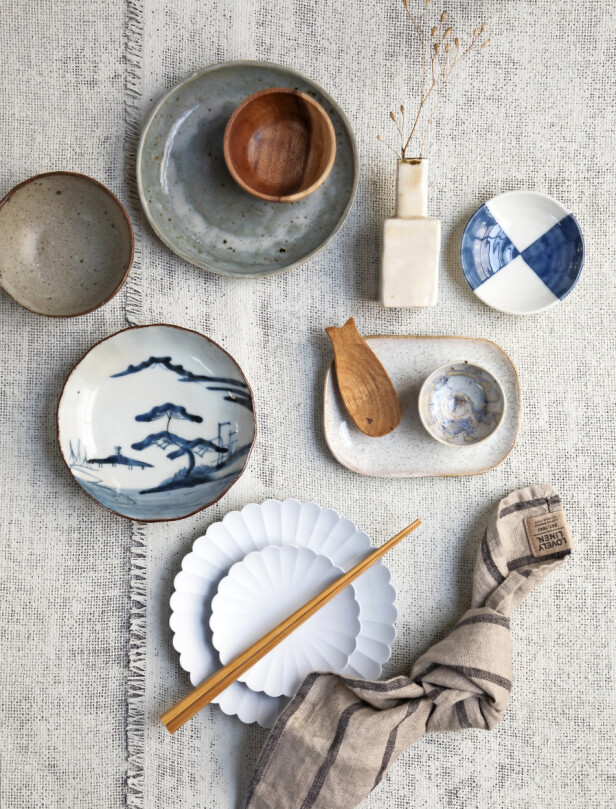Keramikkskål med brun kant (Ohayó), treskål (Muji), hvit vase (Bjarni Jacobsen), soyaskål med blå trekanter (Cph-Tokyo Vintage), tallerken med japansk motiv (Ohayó), firkantet tallerken med runde kanter (Bloomingville), treskje (Cph-Tokyo Vintage), liten skål med lyseblått mønster (Studio Arhoj), spisepinner (Muji), liten hvit – og stor – tallerken med riller (Cph-Tokyo Vintage), stoffserviett (Lovely Linen hos Illum Design Atelier). FOTO: Pernille Enoch