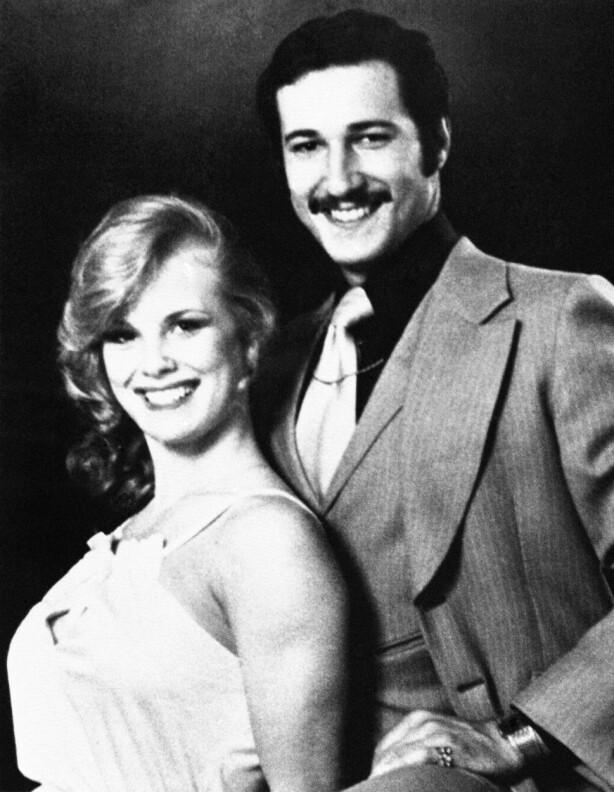 NYGIFT: Dorothy Stratten og ektemannen Paul Snider på bryllupsbildet, etter at de giftet seg i Las Vegas i 1978. Dorothy er 18 år. FOTO: NTB Scanpix