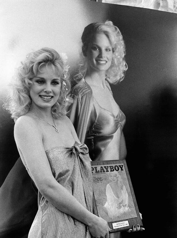 NAKENPRIS: Modell og skuespiller Dorothy Stratten under kåringen av «Playmate of the Year» i 1980. Bare måneder senere var hun død. FOTO: NTB Scanpix