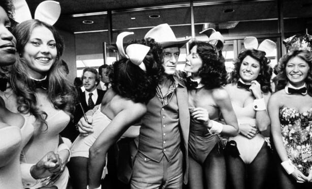 FULL PUPP: Hugh Hefner omgitt av «Playboy-bunnies» i 1979, samme år som Dorothy Stratten ble hans store stjerne. FOTO: NTB Scanpix