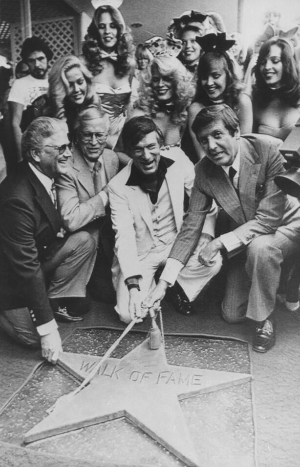 STJERNE: 10. april 1980 fikk Hugh Hefner sin egen stjerne på the Hollywood Walk of Fame i Los Angeles. FOTO: NTB Scanpix