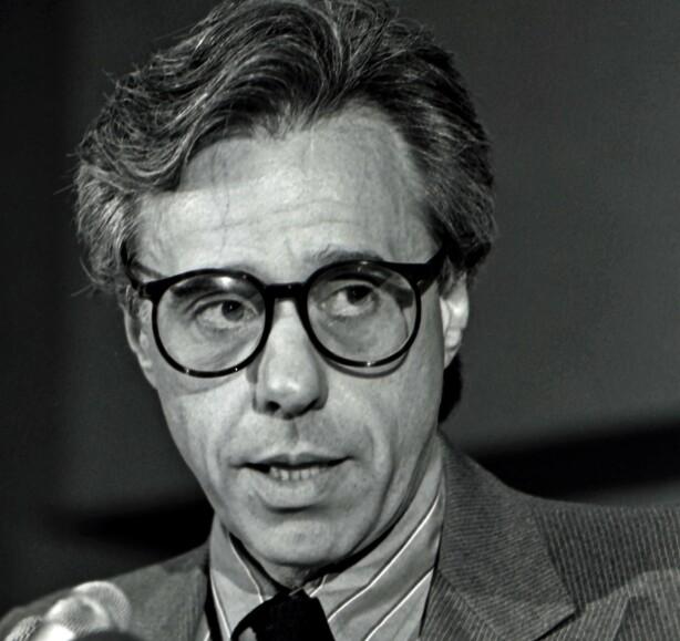 FORELSKET: Regissør Peter Bogdanovich holder en tale under Directors Guild of America news conference i 1988. Åtte år tidligere ble kjæresten hans Dorothy Stratten drept. FOTO: NTBScanpix