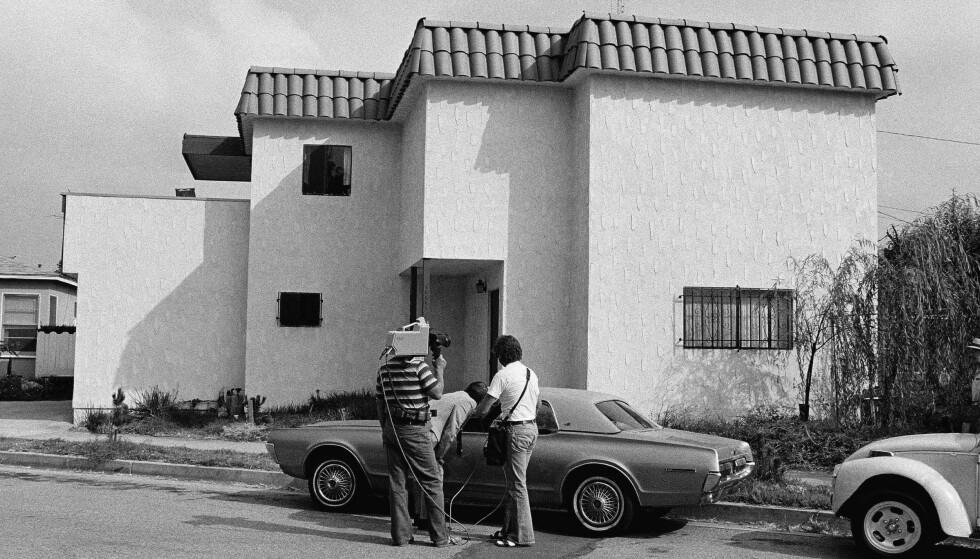 ÅSTEDET: Journalister undersøker Dorothys bil etter at hun ble funnet drept i huset bak. Ektemannen Paul Snider drepte først kona, og tok så livet av seg. FOTO: NTB Scanpix