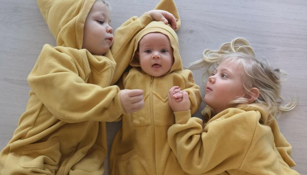 OMSORGSFULLE STORESØSKEN: En av fordelene med å få tre tette er ifølge Camilla at de helt har unngått søskensjalusi. - Jeg tror det skyldes at hun eldste var så liten da de to andre ble født at hun føler det alltid har vært sånn, sier hun. FOTO: Privat