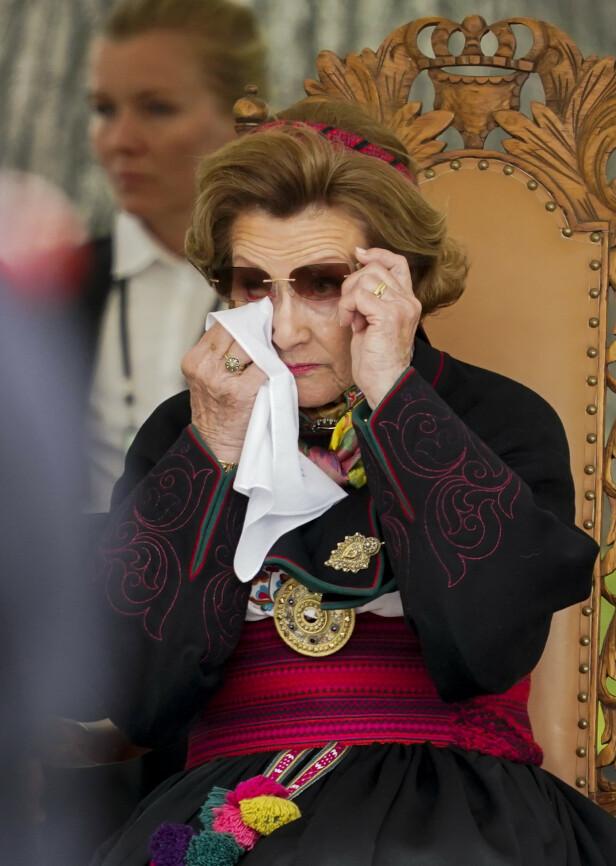 RØRT TIL TÅRER: Under markeringen og talene måtte dronning Sonja ved flere anledninger tørke tårene. Den 8. mai 1945 var hun to måneder unna å fylle åtte år. FOTO: Lise Åserud / NTB scanpix