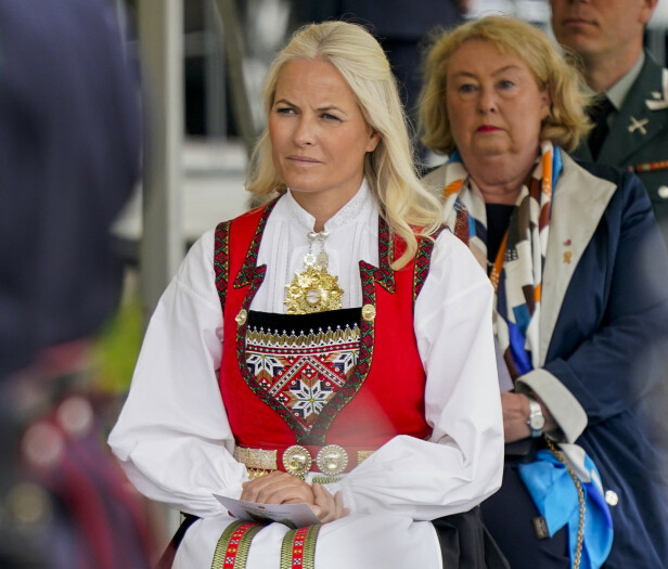 BEVEGET: Kronprinsesse Mette-Marit deltok på minnesmarkeringen, og var tydelig preget av stundens alvor. FOTO: Lise Åserud / NTB scanpix